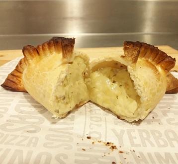 Empanadas de Queijo com Cebola (2 unidades). Clique para mais informações.