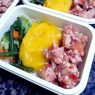 Frango em cubos, purê de batata baroa e mix de legumes