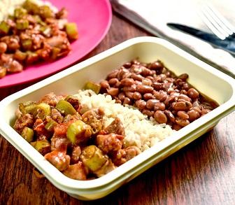 Frango com quiabo, feijão e arroz integral. Clique para mais informações.