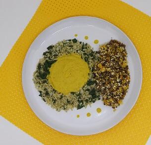 Filé de Frango Empanado com Sementes e Castanha, Creme de Milho e Arroz de Espinafre. Clique para mais informações.