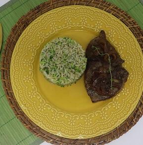 Escalopinho de Miolo de Alcatra com Arroz de Brócolis e Cebola Caramelizada. Clique para mais informações.