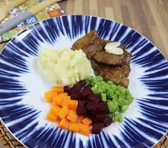 Bife de Panela de Patinho com Purê de Batata Inglesa e Legumes. Clique para mais informações.