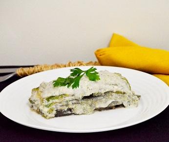 Lasanha Vegana com Berinjela, Abobrinha, Brócolis e Molho Branco de Amendoim . Clique para mais informações.
