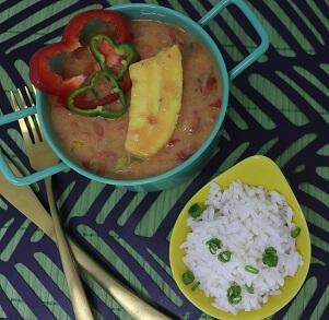 Moqueca de Banana da Terra com Arroz Branco, Tomates, Pimentão Vermelho e Amarelo. Clique para mais informações.