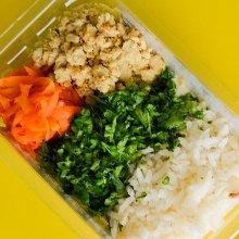 Peito de frango, creme de milho, arroz, espinafre e cenoura congelada