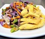 Iscas de frango com açafrão e Salada Oriental Congelado (a)